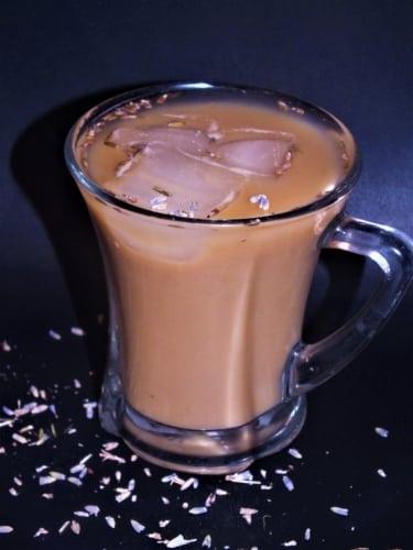 Levandulová ledová káva