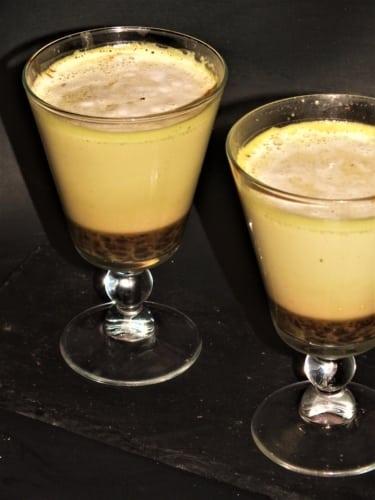 Trojbarevné matcha laté s kávou (pro vegany)
