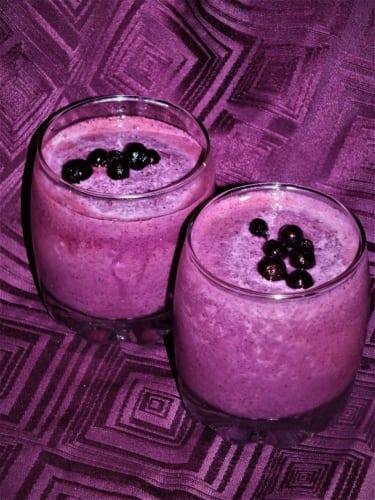 Zmrzlinový borůvkový koktejl s levandulí