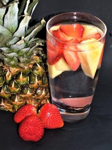 Ovocná voda: ananas a jahoda