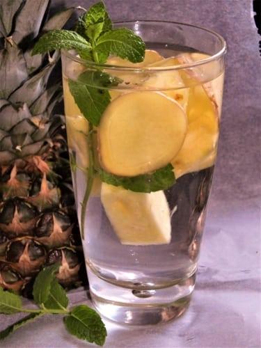 Ovocná voda: ananas s mátou