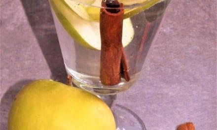 Ovocná voda: jablko se skořicí