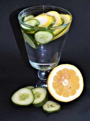 Ovocná voda: okurka a citrón