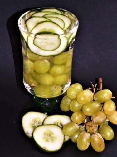 Ovocná voda: okurka a hroznové víno