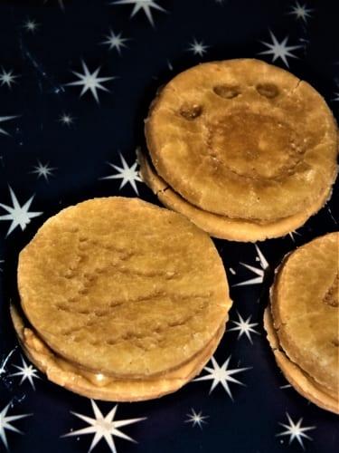 Bezlepkové cukroví pro psy plněné arašídovým máslem