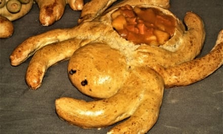 Guláš podávaný v pavoučím chlebu