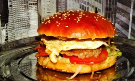 Hamburgery s karamelizovanou cibulkou a vajíčkem (z domácích housek)