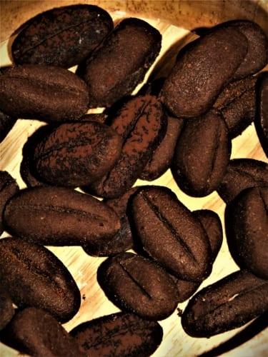 Těsto na nepečená kávová zrnka v prášku