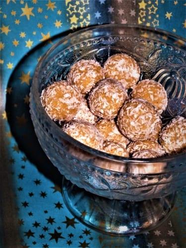Těsto na nepečené kokosové kuličky v prášku