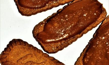 Sušenky lotus z karamelovou omáčkou a mořskou solí