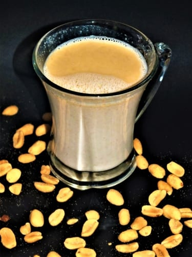 Horké arašídové mléko pro vegany