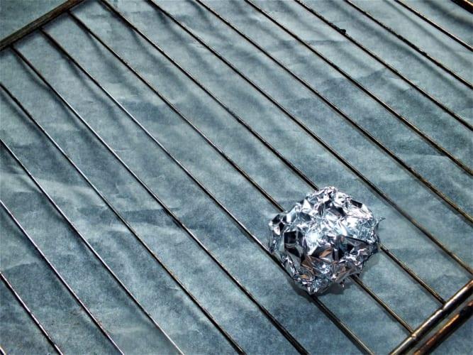 Drátěnka na čištění grilu z alobalu