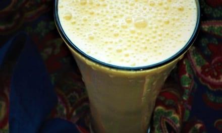 Banánové lassí (indický jogurtový nápoj)