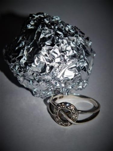 Jak vyčistit stříbrné prstýnky, náramky a řetízky