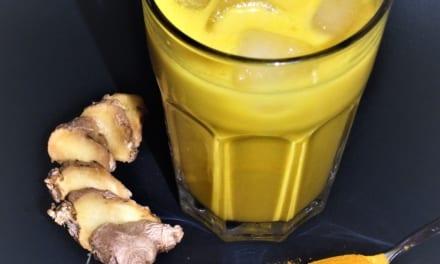 Kurkumový nápoj z domácího kokosového mléka
