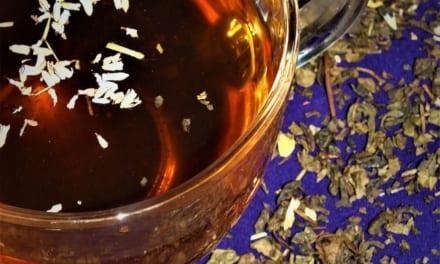Zelený čaj s levandulovým sirupem