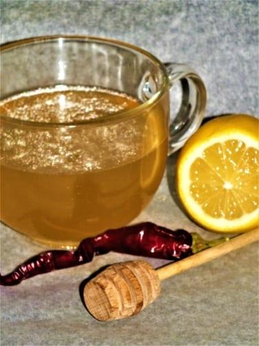 Chřipkový čaj: chilli, citrón, česnek a med