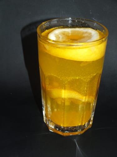 Citrónová voda s kurkumou