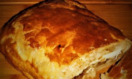 Žampionový koláč (z listového těsta plněný opečenou cibulkou, sýrem a žampiony)