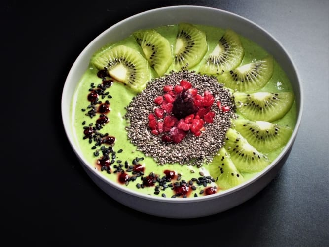 Avokádová smoothie bowl s kiwi