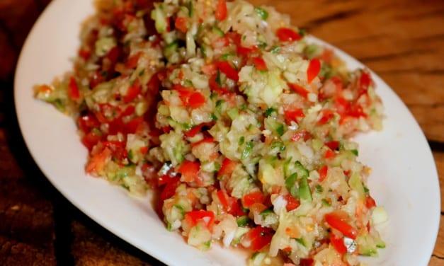 Zeleninový salát z rajčat, okurky a cibule