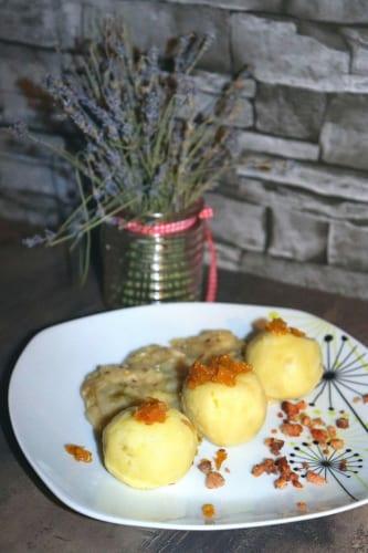 Knedlíky plněné uzeným masem a karamelizovanou cibulkou