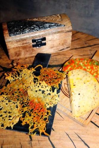 Barevné sýrové chipsy