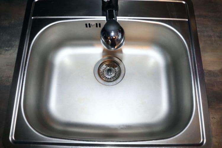 Sprej na mytí nerezového dřezu