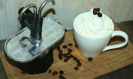 Indická káva se šlehačkou a čokoládou