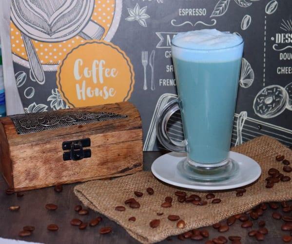 Caffe Latte s modrou spirulinou