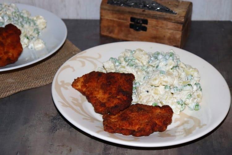 Odlehčený bramborový salát s hráškem + kuřecí řízky
