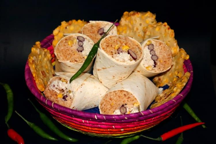 Burrito plněné rýží, kuřecím masem a zeleninou (Mexiko)