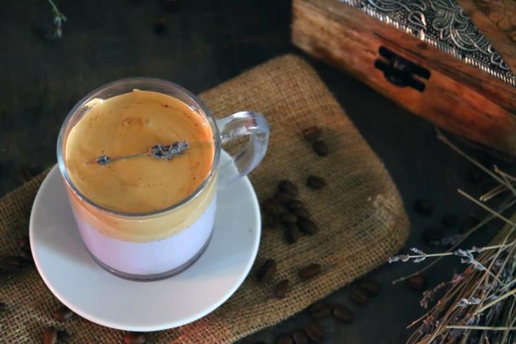 Ibišková Dalgona káva z Caro nápoje