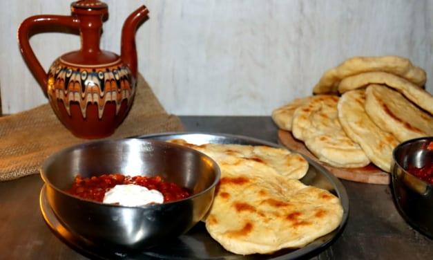 Indická polévka s červenou čočkou a tradičním indickým chlebem naan