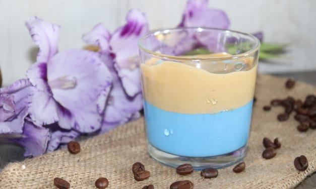 Modrá Dalgona káva z Caro nápoje