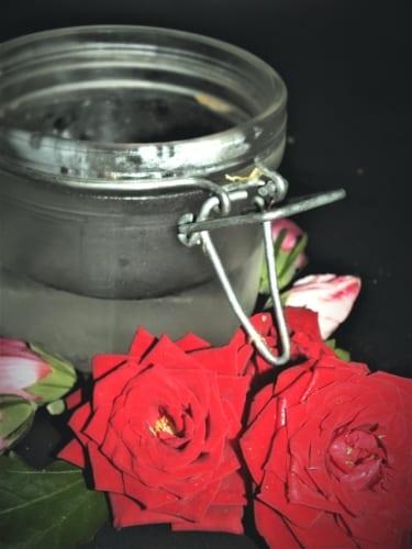 Jak si doma vyrobit růžovou vodu
