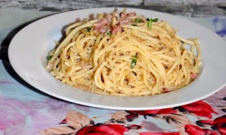Špagety s vajíčkem, sýrem a šunkou