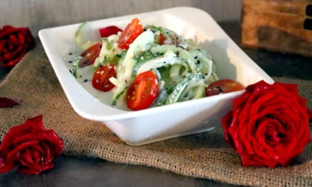 Spiralizovaný okurkový salát s rajčetem