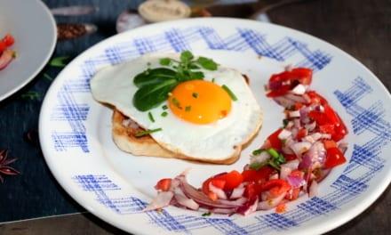 Topinky se slaninádou a vajíčkem