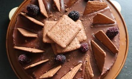 Čokoládový cheesecake s ostružinami a sušenkami Bebe