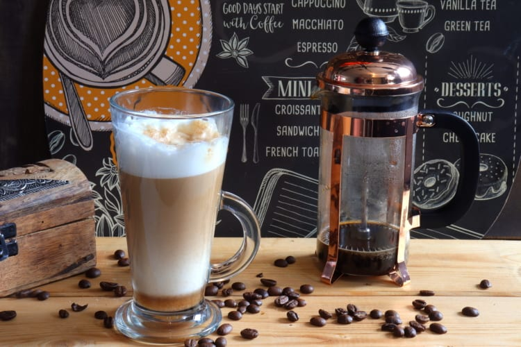 Cafe Latte ve French pressu