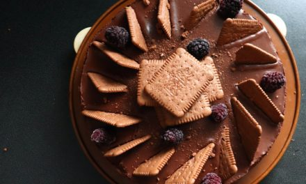Čokoládový cheesecake s ostružinami